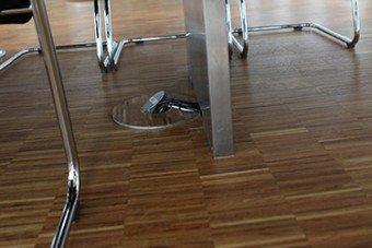 Bodenanschlussfeld mit Kabelfuehrung durch Tischbein