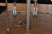 Kabel führt über Tischbein in Bodentank