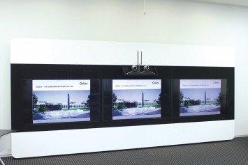 Maßgefertigte Medienwand mit integrierten Displays