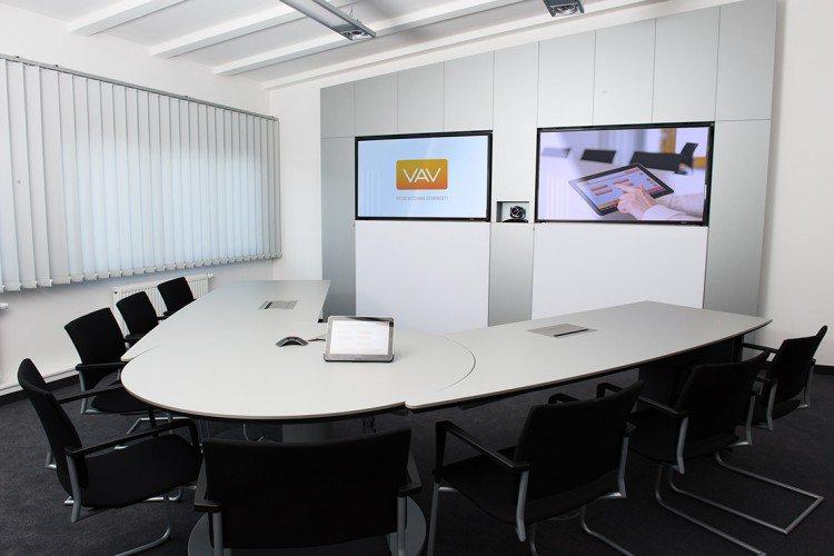 Medienwand und Scherentisch mit integrierten Anschlussfeldern