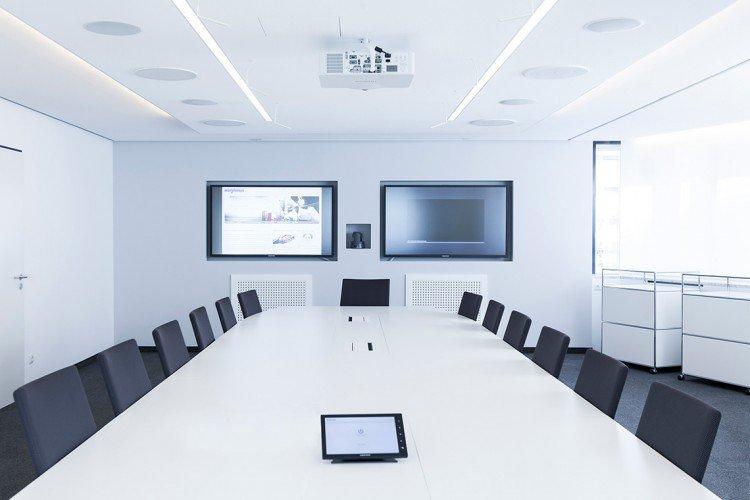 Medienwand mit Touch Displays und unsichtbaren Lautsprechern