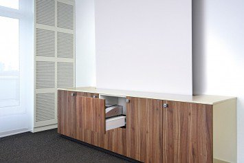 Sideboard mit integriertem Beamer und Leinwand