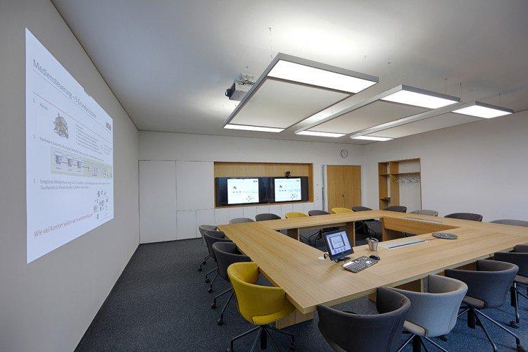 Videokonferenzraum mit Aufprojektion
